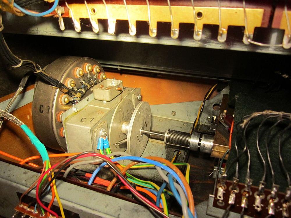 Synchronmotor einer Hammond B-3 mit Vibrato-Scanner und Schwungrädern